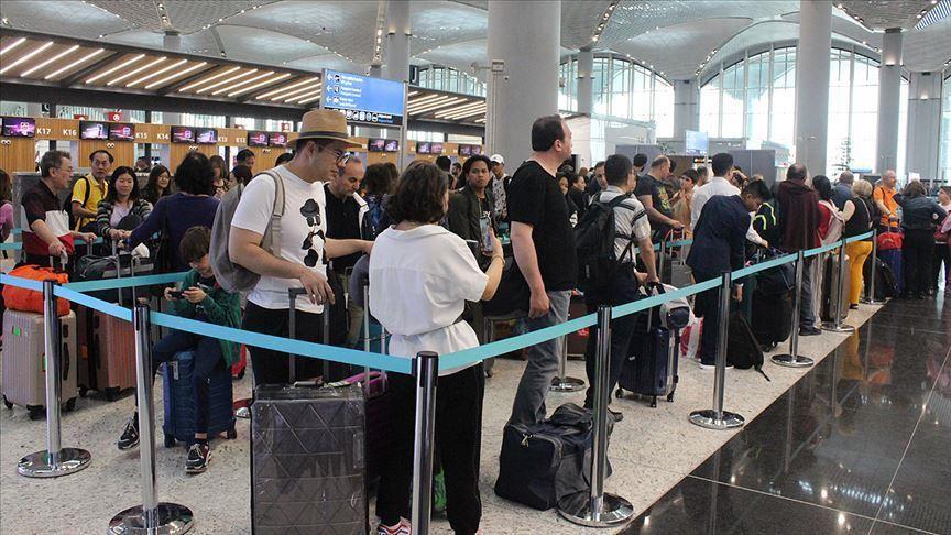 مطار اسطنبول يمنع استخدام لافتات انتظار الزوار